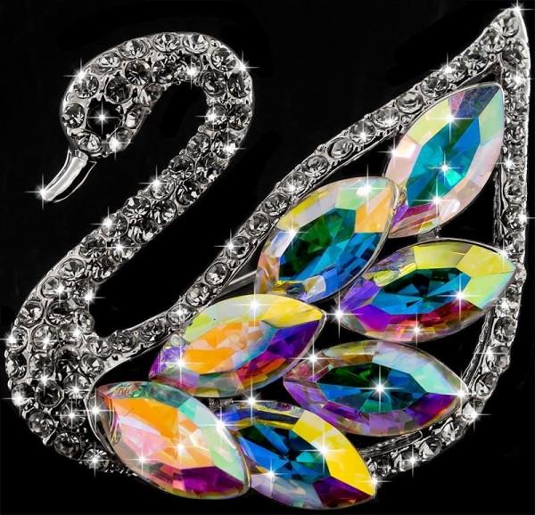 Brosche Schwan silberfarben mit bunten Kristallen als Federn und vielen weissen Strass Steinen BR055